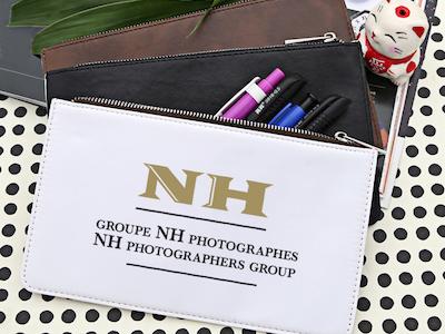 étui blanc avec logo NH Photographes