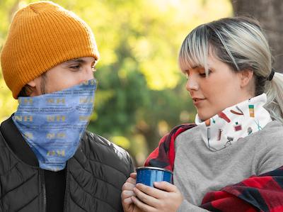 jeunes femme et homme portant des caches-cou