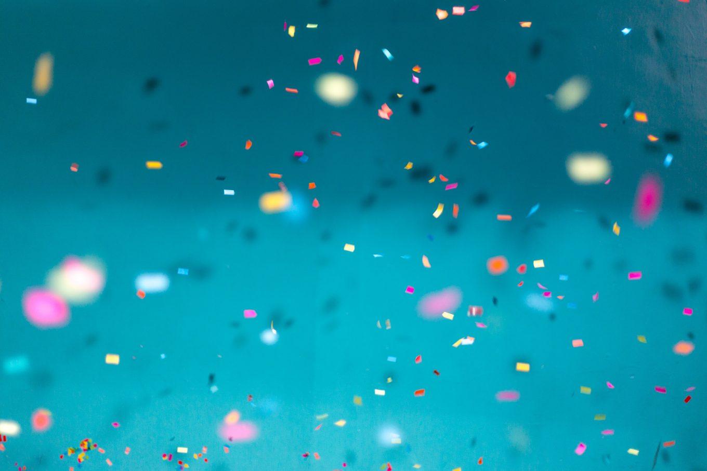 Confettis sur fond blue