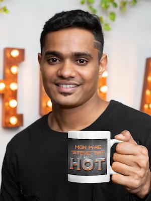 Jeune homme tenant une tasse avec un message de fête des pères